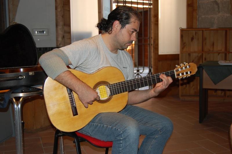Il Maestro Gabriele Carolè (Ateneo della Chitarra di Milano) prova la chitarra n.1