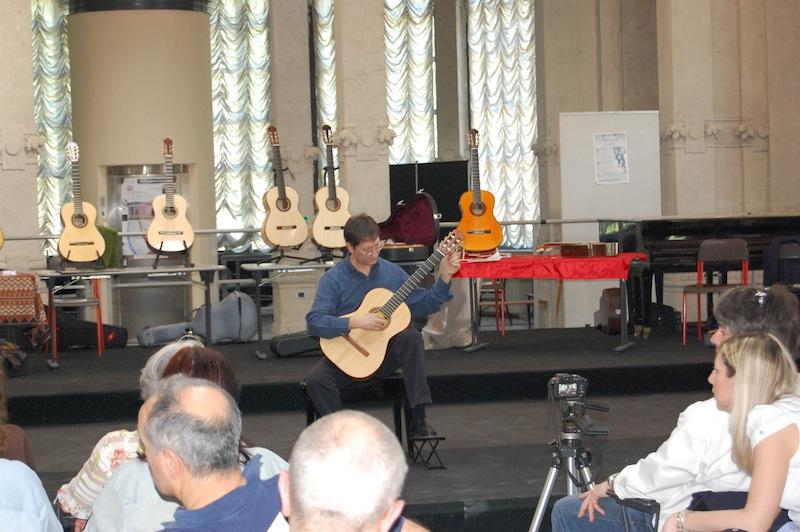 Il Maestro Francesco Dodaro si esibisce con la chitarra n. 2 alla mostra della liuteria