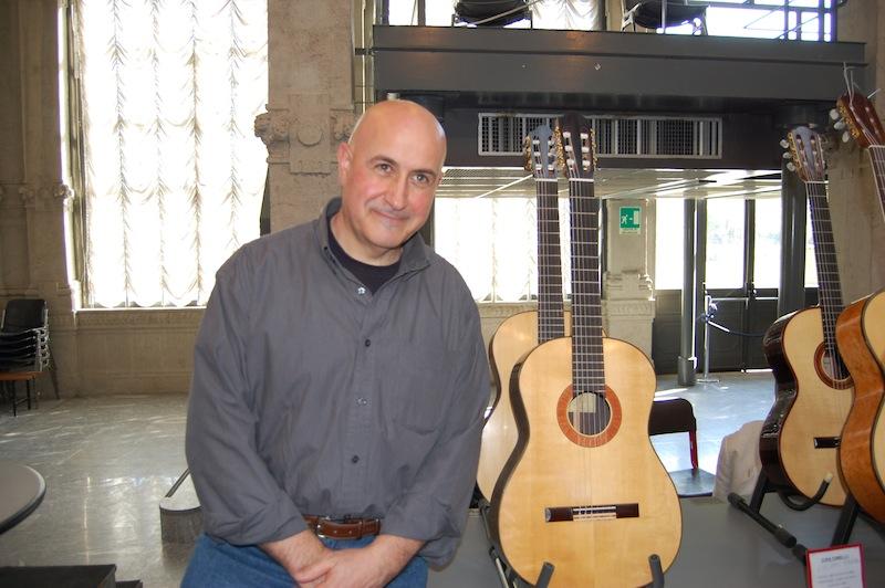 Il Maestro Mario Rubio, liutaio e insegnante presso la Civica Scuola di Liuteria di Milano